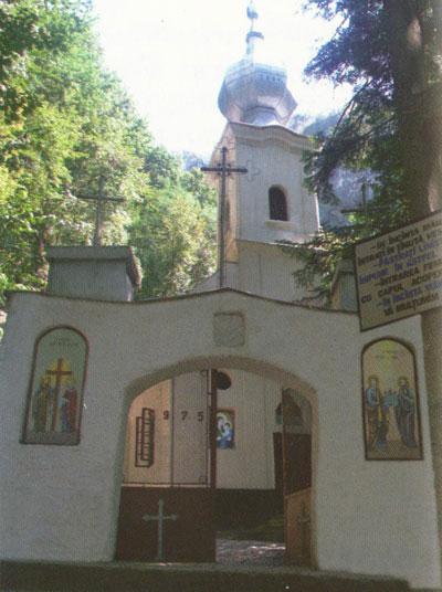 Poarta de intrare in Manastirea Calugara