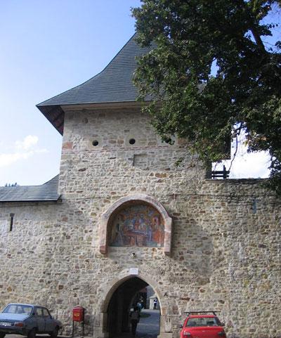 Poarta de intrare in manastire