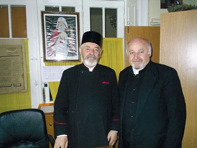 Preotul Vasile Prodea, impreuna cu directorul muzeului, preot Vasile Oltean