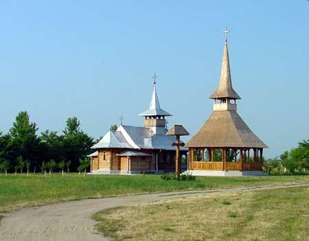 Biserica si altarul de vara