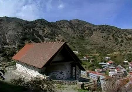 Biserica din Moutoulla se afla in localitatea cipriota omonima; localitatea se afla in partea centrala a Insulei Cipru, pe culmile impadurite ale Muntilor Troodos. Localitatea Moutoullas, aflata la mai putin de un kilometru de Kalopanagiotis
