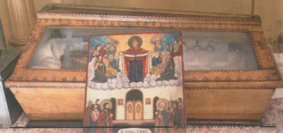 Racla cu sfintele moaste descoperite in pestera in 1859