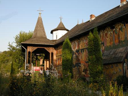 Manastirea Cotmeana - zidul exterior, si intrarea in biserica noua