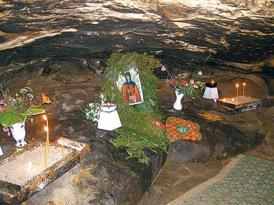 Interiorul Pesterii Cuvioasei Teodora