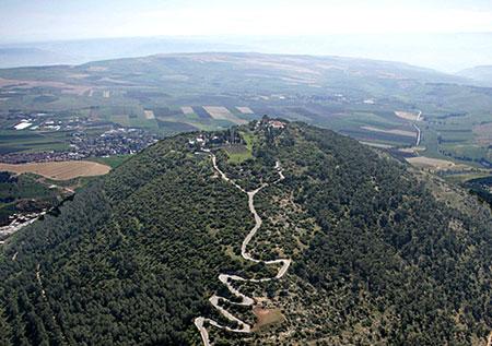 Muntele Tabor - in partea stanga este Manastirea Ortodoxa, iar in partea dreapta este cea Catolica