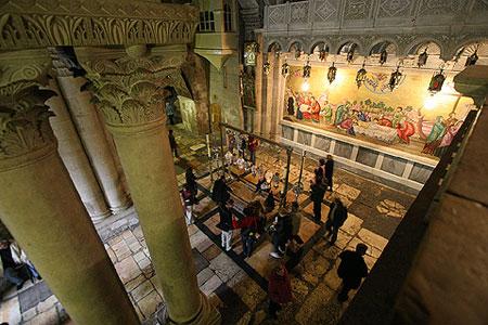 Biserica Sfantului Mormant - crestini plangand la Piatra Ungerii