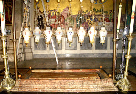Biserica Sfantului Mormant - Piatra Ungerii si multime de candele