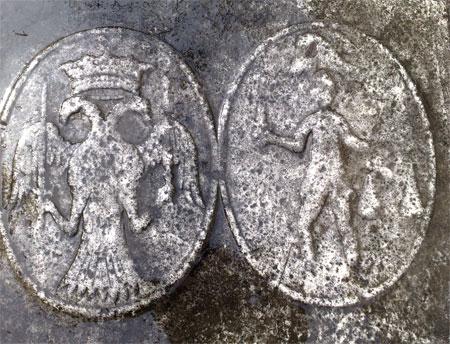 Detaliu al blazoanelor familiei Dudescu de pe piatra funerara