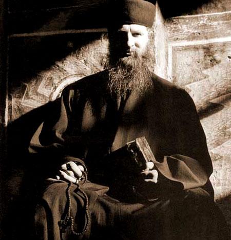 Calugar din Manastirea Valaam - metanier il ajuta la rugaciune